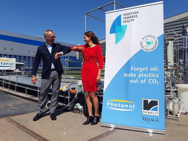 Photanol y Renolit para hacer plásticos a partir de CO2 absorbido por el aire