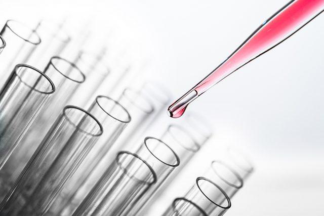 Científicos crean 'superenzima' que se come las botellas de plástico