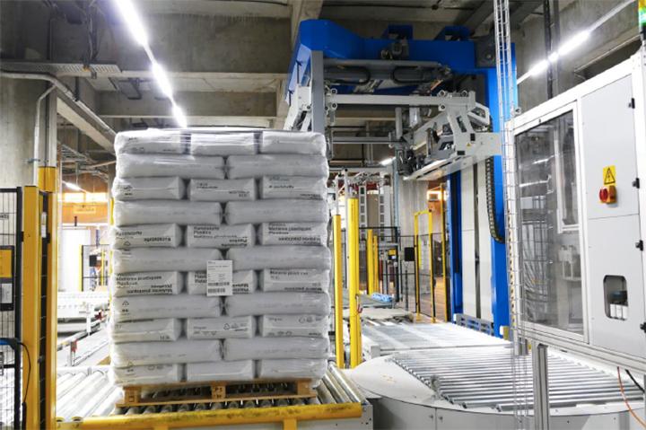 INEOS Styrolution se beneficia de la solución de envasado B + K Stretch Hood basada en Styroflex®