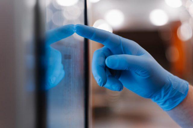 Película antibacteriana para pantallas táctiles