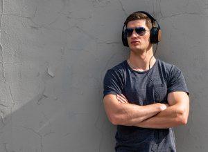 Eastman y thinksound™ anuncian los primeros auriculares con materiales sostenibles